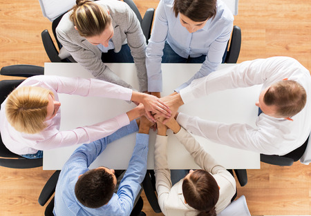 Unternehmen, Personen, Zusammenarbeit und Teamarbeit Konzept - Nahaufnahme von Kreativ-Team am Tisch sitzen und die Hände auf der jeweils anderen im Amt Standard-Bild - 38818661