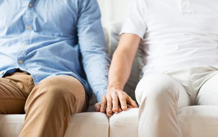 sex: la gente, la homosexualidad, el matrimonio entre personas del mismo sexo, gay y el amor concepto - cerca de felices homosexuales pareja cogidos de las manos masculinas