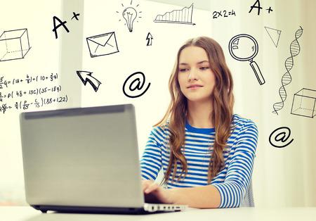 家、教育、技術、インターネットのコンセプト - 10 代の少女を浮かべて自宅のテーブルに座ってラップトップ コンピューター