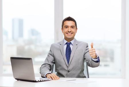 사업, 사람과 기술의 개념 - 소송에서 웃는 사업가 사무실에서 노트북 컴퓨터 작업 스톡 콘텐츠 - 38880131
