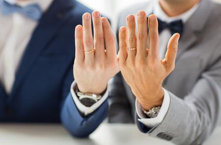 sex: Menschen, Feier, Homosexualit�t, die gleichgeschlechtliche Ehe und Liebe Konzept - Nahaufnahme von m�nnlichen Homosexuell Paar mit Hochzeitsringen auf Putting Hand auf die Schulter