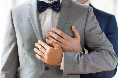 sex: Menschen, Feier, Homosexualit�t, die gleichgeschlechtliche Ehe und Liebe Konzept - Nahaufnahme von gl�cklichen m�nnlichen Homosexuell Paar mit Hochzeitsringen umarmt