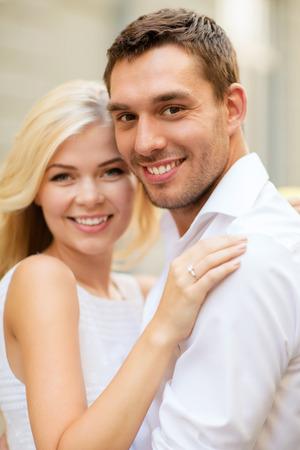 verlobt: Sommerferien, Feiern und Hochzeitskonzept - junge Paar in der Stadt Lizenzfreie Bilder