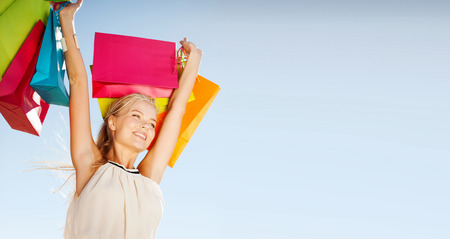 comprando: compras y concepto de turismo - mujer con bolsas de la compra Foto de archivo