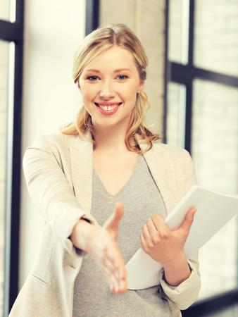 saludo de manos: mujer encantadora con una mano abierta listo para apret?n de manos