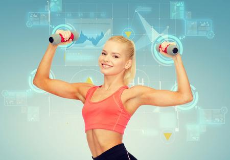 buena salud: Fitness, el deporte y la dieta concepto - sonriente hermosa mujer deportiva con mancuernas