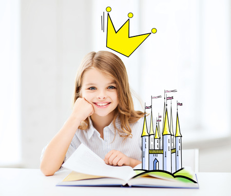 imaginacion: personas, niños, imaginación y cuentos de hadas concepto - sonriente niña de leer el libro en casa con el castillo y la corona sobre la cabeza del doodle