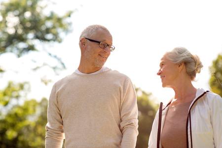 家族、年齢、観光、旅行、人コンセプト - 公園でシニア カップル