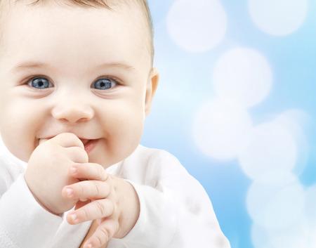 子供、人々、幸福の概念 - かわいい赤ちゃん