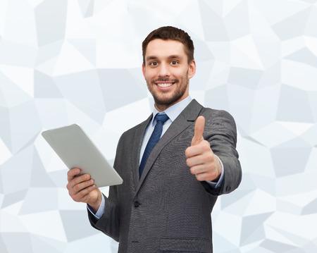 タブレット pc コンピューターを示す笑みを浮かべて実業家親指グレー グラフィック低ポリゴンの背景の上をビジネス、コミュニケーション、現代の