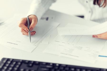 contabilidad: foto de llenado mano de la mujer en el papel o documento en blanco Foto de archivo