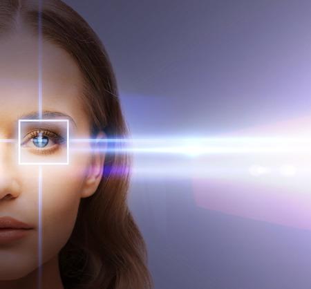 건강, 시력, 시력 - 레이저 보정 프레임을 가진 여자의 눈 스톡 콘텐츠