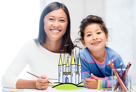 jeune fille adolescente: les gens, la famille, l'enfance, la créativité et les loisirs notion - heureuse mère et la fille dessin château de conte de fées à la maison Banque d'images