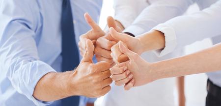 성공과 승리 개념 - 사무실에서 엄지 손가락을 보여주는 행복 비즈니스 팀 스톡 콘텐츠 - 38957992