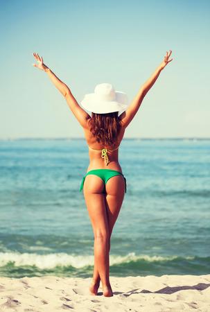 夏季休暇、祝日、人々 コンセプト - 若い女性のビーチでの日光浴 写真素材