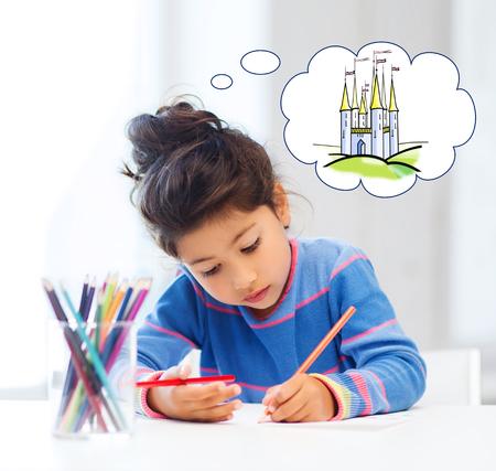 imaginacion: personas, la infancia, la creatividad y la imaginaci�n concepto - feliz ni�a dibujo con l�pices de colores y so�ando con el castillo de cuento de hadas en la escuela o en casa de arte