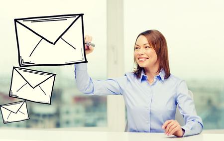 sobres para carta: oficina, negocio, concepto de la tecnología - dibujo empresaria sobre en la pantalla virtual