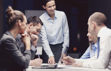 비즈니스, 기술, 관리 및 사람들 개념 -의 사무실에서 비즈니스 팀 이야기 여성 보스 미소 스톡 콘텐츠