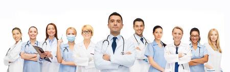 doctores: cuidado de la salud, la profesión, la gente y el concepto de la medicina - grupo de médicos con estetoscopios