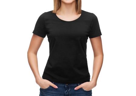 playera negra: mujer sonriente en blanco negro t-shirt - camiseta concepto de diseño