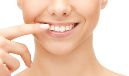 orthodontics: concepto de salud dental - hermosa mujer apuntando a los dientes Foto de archivo