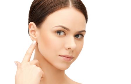 perfil de mujer rostro: frente a la hermosa mujer tocando su oreja Foto de archivo