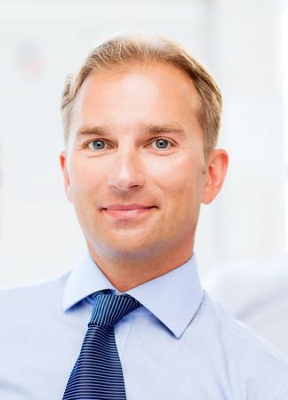 visage profil: image de sourire bel homme d'affaires dans le bureau Banque d'images