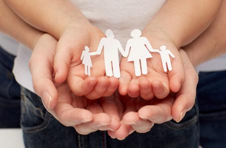 planificacion familiar: la gente, la caridad, la familia y el cuidado concepto - cerca de la mujer y chica manos recorte familia de papel Foto de archivo