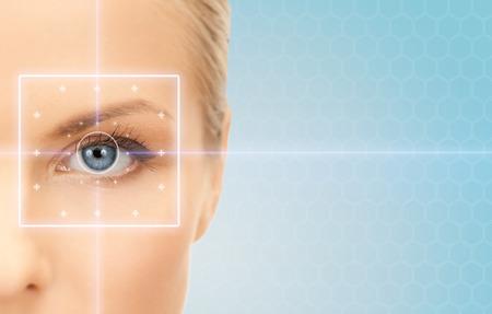gezondheid, geneeskunde, identiteit, visie en mensen concept - mooie jonge vrouw met laserlicht lijnen op haar oog op blauwe achtergrond