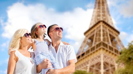 Vacaciones de verano, los viajes, el turismo y las personas concepto - familia feliz en París sobre la torre Eiffel de fondo Foto de archivo - 39649416