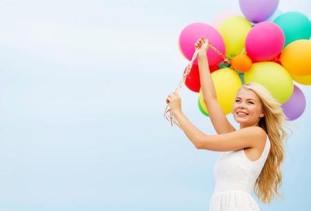 globos de cumplea�os: vacaciones de verano, la celebraci�n y el estilo de vida concepto - mujer hermosa con globos de colores exteriores