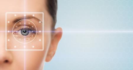 健康、医学、アイデンティティ、ビジョン、人々 の概念 - 青い背景の上の彼女の目にレーザー光線が美しい若い女性