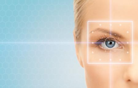gezondheid, geneeskunde, identiteit, visie en mensenconcept - mooie jonge vrouw met laser lichte lijnen op haar oog over blauwe achtergrond