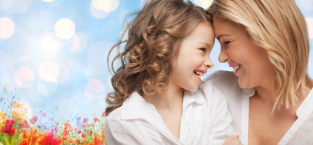 madre e hija adolescente: las personas, la familia, el amor y la armon�a concepto - feliz madre e hija abrazos sobre el cielo azul y el campo de amapolas n fondo Foto de archivo