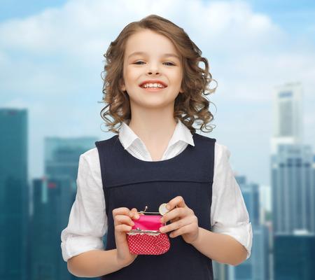 bolsa dinero: las finanzas, la infancia, la gente, el dinero y el concepto de ahorro - niña feliz con el monedero y monedas de euro sobre fondo de ciudad