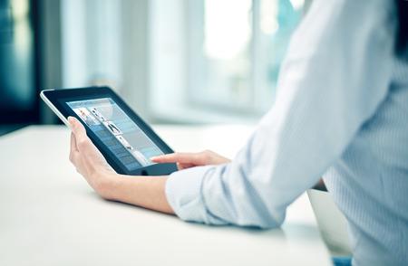 Affaires, la technologie, la communication et les gens notion - close up de la femme avec l'ordinateur tablette pc en réseau au bureau ou à domicile Banque d'images - 39596305