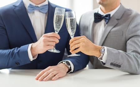 사람, 축 하, 동성애, 동성 결혼과 사랑 개념 - 행복 한 결혼 된 남성 동성애 커플의 정장 및 스파클링 와인을 마시는 결혼식에 clinking 안경을 나비 넥타