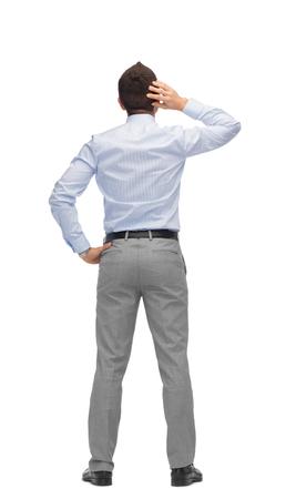 personas de espalda: negocios, personas, vista trasera y concepto de oficina - Empresario rascándose la cabeza de la parte posterior