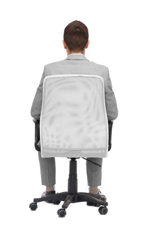mobiliario de oficina: negocio, gente, muebles, vista trasera y el concepto de la oficina - hombre de negocios sentado en la silla de la oficina de atrás