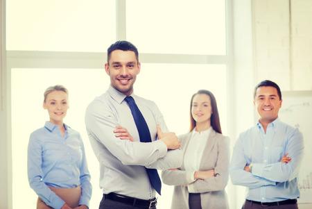 mani incrociate: concetto di business e ufficio - affari bello sorridente con le mani incrociate e di squadra in ufficio