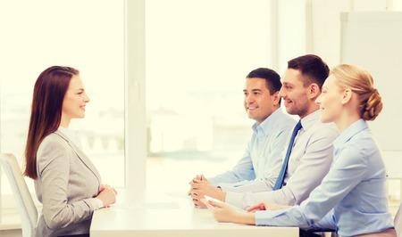 entrevista: negocio, carrera y la oficina concepto - sonriente mujer de negocios en la entrevista de trabajo en la oficina