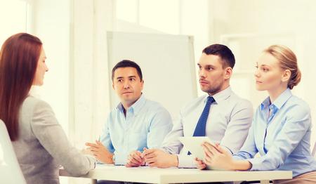 comité d entreprise: affaires, entrevue, l'emploi et le concept de bureau - l'équipe des affaires avec l'ordinateur tablette pc interviewer ou le licenciement des travailleurs en fonction
