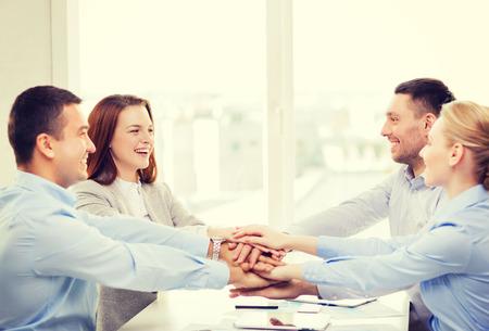 gente exitosa: éxito, negocio, oficina y concepto ganador - equipo de negocios feliz celebrando la victoria en la oficina