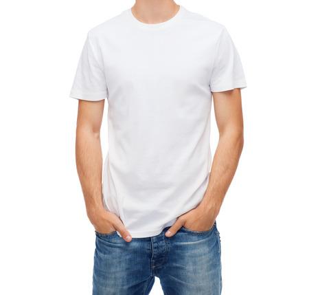 T 셔츠 디자인 사람들 개념 - 빈 흰색 티셔츠에 젊은 남자 미소 스톡 콘텐츠