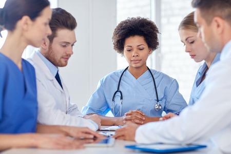 病院、職業、人と医学のコンセプト - 幸せ医師医療オフィスで会議のグループ