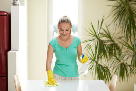 人々 は、家事とコンセプト - 幸せな女家庭の台所のテーブルを清掃の清掃 写真素材