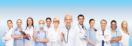 의학 및 건강 관리 개념 - 팀 또는 여성 의사와 간호사의 그룹 스톡 콘텐츠