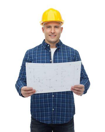 constructor: reparación, construcción, edificio, personas y concepto de mantenimiento - sonrientes constructor masculino o trabajador manual en casco con el modelo