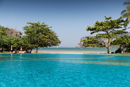 bounty: concepto de vacaciones de verano, el turismo, los viajes y el ocio - piscina en Tailandia playa del complejo turístico