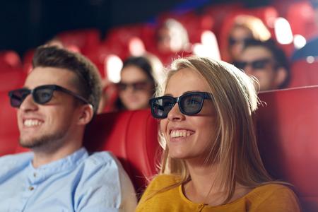 bioscoop, entertainment en mensen concept - gelukkige vrienden met 3D-bril kijken naar film in het theater